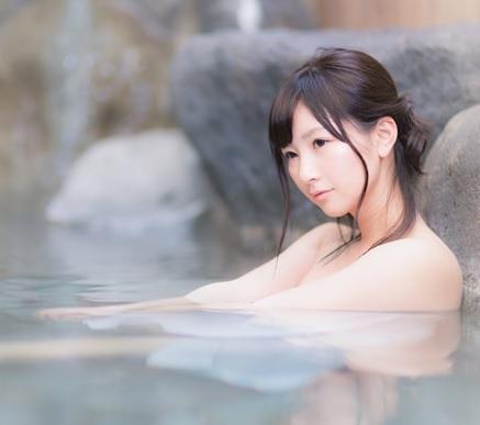 お風呂に長時間入っていると手がふやけるのはなぜ? | 美容トピックス